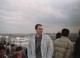 Prof. Piotr Szefer bezpośrednio po przylocie z kraju via Tokio do Miyazaki w marcu 1994 r. tuż przed udaniem się do Miyazaki University celem kontynuacji współpracy badawczej. Współpraca ta została zainicjowana przez prof. Kunio Ikuta w czerwcu 1991 r., w wyniku której naukowiec z Japonii przebywał przez 0,5 roku z wizytą naukową w laboratorium prof. P. Szefera w Katedrze Chemii Analitycznej AMG, tj. od 3.05 do 2.11.1993 r.