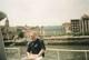Prof. Piotr Szefer w Kraju Basków oczekuje na rejs rzeką Ria de Bilbao uchodzącą do Zatoki Biskajskiej, przy okazji odbywającego się w AZTI (San Sebastian, Hiszpania, 26-30.05.1999 r.) spotkania konsorcjum międzynarodowego, w skład którego wchodził, z tytułu aplikacji o grant COSBI pod auspicjami V Ramowego Programu Badań Rozwoju Technologii Unii Europejskiej. Pokłosiem tej wizyty było rozwinięcie i pogłębienie współpracy naukowej z liderem konsorcjum Dr M.J. Belzunce-Segarra, która przebywała 3 lata wcześniej, tzn. w dn. 30.05-30.09.1996 r. w laboratorium prof. P. Szefera w Katedrze Chemii Analitycznej AMG. Współpraca zaowocowała opublikowaniem wspólnych prac na łamach kilku czasopism filadelfijskich, m.in. w <em>Archives of Environmental Contamination & Toxicology</em> (Springer 1999), <em>Environmental Pollution</em> (Elsevier, 2006) oraz rozdziału autorstwa M.J. Belzunce-Segarra w książce wydanej przez Maralte pod redakcją m.in. prof. P. Szefera w 2012 r.