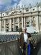 """Prof. Piotr Szefer na Placu Świętego Piotra (Watykan, 3.04.2009). Pobyt w tak kultowym miejscu wywołał wspomnienia z III pielgrzymki Ojca Świętego Jana Pawła II do Polski, która miała miejsce w dniach 8-14.06.1987 r. Osobisty wymiar tego wydarzenia nabiera szczególnej wagi, gdyż Piotr Szefer wchodził wówczas w skład służby porządkowej """"Semper Fidelis"""", pełniącej swoją zaszczytną funkcję porządkową w przededniu jak i w trakcie odprawionej w podniosłej atmosferze """"Solidarności"""" w dn. 12 czerwca mszy papieskiej na gdańskiej Zaspie."""